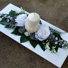 Vánoční svícen s bílými růžemi Funeral Floral Arrangements, Flower Arrangements, Christmas Decorations, Table Decorations, Ikebana, Cool Things To Make, Centerpieces, Table Settings, Fancy