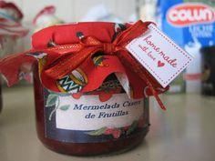 Rica mermelada de Frutilla, decorada con capucha navideña. Homemade de Martha Stewart.