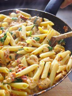 Florentine pasta with chicken and sun-dried tomatoes Dried tomatoes, fresh spinach and a creamy sauce. A quick and delicious dinner in 30 minutes. Recipe for Florentine Pasta with chicken and dried pomeranian! Cooking Recipes, Healthy Recipes, Turkish Recipes, Dried Tomatoes, Chicken Pasta, Macaroni And Cheese, Food Porn, Food And Drink, Easy Meals
