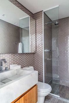 Banheiro com uma cor delicada no revestimento