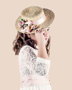 Rosetta es el hada del jardín, la más coqueta, elegante y refinada. Para ella hemos pensado en uno de los accesorios de más moda para las #comuniones y #eventos del 2016. Un pequeño #canotier de rafia en tono natural.