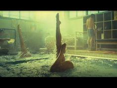 【おんせん県】「シンフロ」篇 フルバージョン SHINFURO:Synchronized Swimming in Hot Springs - YouTube「水面を共通項に違う要素を掛け合わせ。」