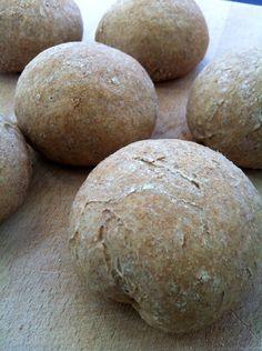Vorige week heb ik dit receptje voor het eerst uitgeprobeerd. Ik ben erachter gekomen dat ik zelf broodjes bakken eigenlijk erg fijn vindt. Het kneden werkt ontspannend en je huis ruikt heerlijk na…