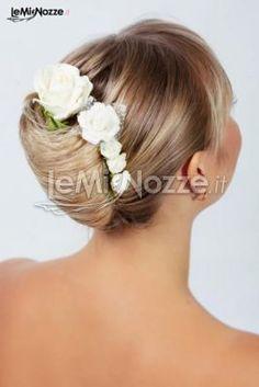 http://www.lemienozze.it/operatori-matrimonio/trucco_e_acconciatura/salone-di-bellezza-roma/media/foto/4  Acconciatura sposa con capelli raccolti e fiori veri