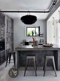 Mesa deesayunadora en cocina estilo Loft hecha de concreto. Para mi gusto, la combinación de neutros siempre es una buena elección.