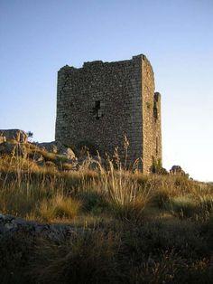 La Torre vigía de la Almenara, vigilante sobre la parte Occidental de la Sierra de Gata, dominando el Valle del Árrago y las tierras de Gata, Villasbuenas y Torre de Don Miguel. Frente a sí, al Sur, comparte funciones con la Fortaleza de Santibáñez el Alto.