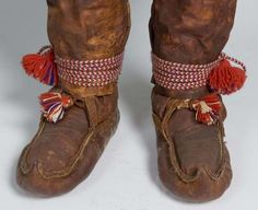 Traditonal Sami shoes in leather with woven shoe bands made by Lempi Mikalsen in Kautokeino, Inkle Weaving, Card Weaving, Tablet Weaving, Folk Costume, Costumes, Lappland, Bohemian Gypsy, Primitive Survival, Leather Craft