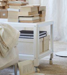 Tavolino con rotelle usato come una libreria :)