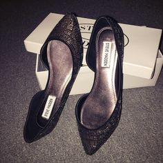 Steve Madden Elements Flats 8.5 Size 8.5 . Keep your style on point with the Elements from Steve Madden. Fun, fashionable, and perfect update for your trendy looks! - Faux suede upper with metallic studded embellishments - Pointed toes - Synthetic sole Price firm. Brand new never worn. Comes with box. Original price $99. I also sell on Ⓜ️ercari for cheaper. Steve Madden Shoes Flats & Loafers