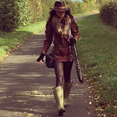 Jade Holland Cooper snapped out on the field wearing the Balmoral tweed shooting coat, raccoon fur collar, fur mittens and Trilby hat all from Holland Cooper www.hollandcooper.com #girlwithguns