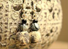 Boucles d'oreilles perles de lave à parfumer marbrées - Bijoux TessNess : Boucles d'oreille par tessness