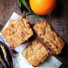 Brookie chocolat-orange Para el brownie:  125 g de chocolate negro de repostería 2 huevos 75 g de azúcar blanco 75 de mantequilla 50 de harina 25 g de harina de coco 50 g de frutos secos (en este caso nueces y pistachos)  Para la cookie:  165 g de harina 1 cucharilla de levadura química 135 g de azúcar moreno 120 g de mantequilla blanda 1 huevo 50 g de pepitas de chocolate La ralladura de una naranja