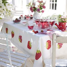 Cheeky fruits: Decorating with fruit motifs is a summer hit!, Strawberries on the table and on the strawberry tablecloth! Strawberry Kitchen, Strawberry Farm, Strawberry Patch, Strawberry Shortcake, Watermelon Patch, Strawberry Summer, Strawberry Decorations, Strawberry Fields Forever, White Cottage