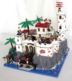 Lego Royal fort in the Caribbean - Fort with an observation tower, a small haven with a lift, armed with cannons.