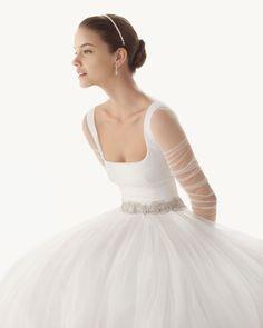 BELINDA - Vestido de tul sedoso en color natural  K18 Tiara de swarovsky en color cristal y G04 Guante fruncido de tul en color natural