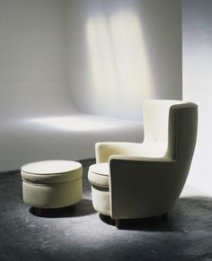 MORAGAS - chairs, armchairs, sofas and poufs - designed by Antoni de Moragas. Moragas Gallissá devised this intimate armchair for his home, with curved shapes, low armrests and a high, enveloping backrest, inspired by the shapes of the ancient Roman baths. There is the option of a matching pouf, and since being re-edited by Santa & Cole in 1992 it has received broad acclaim from a large body of users in highly varied countries.