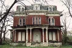 Built in 1869 and set in 15 acres of grounds, the Victorian-era McPike Mansion dominates Mount Lookout in Alton, Illinois, despite being abandoned for almost 70 years.