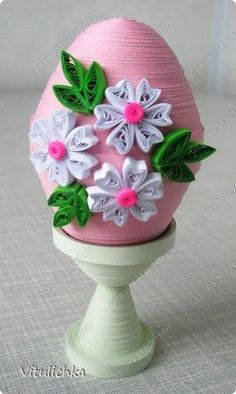 Paper strip Easter Eggs decorated with quilled flowers Quilling Work, Origami And Quilling, Paper Quilling Designs, Quilling Paper Craft, Quilling Patterns, Cool Paper Crafts, Easter Egg Designs, Quilling Christmas, Quilled Creations