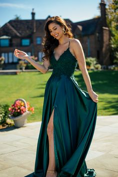 Faviana Style is a Long charmeuse v-neck dress with applique bodice, lace up back invisible hook & eye closure. Deb Dresses, Gala Dresses, Dance Dresses, Chiffon Dresses, Casual Dresses, Fashion Dresses, Stunning Prom Dresses, Pretty Prom Dresses, Homecoming Dresses Long