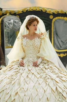I cannot wait to see this Julia Roberts! -- Julia Roberts stars in Relativity Media's Mirror Mirror. All Rights Reserved. Eiko Ishioka, Foto Fantasy, Eric Roberts, Golden Dress, Fantasy Gowns, Most Beautiful Dresses, Movie Costumes, Wedding Gowns, Marie