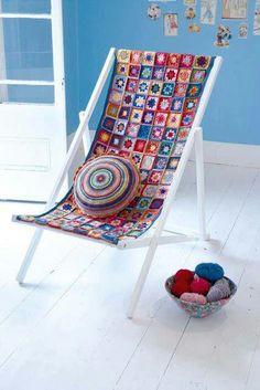 Crochet a deckchair seat cover -- pretty, but lots of yarn Crochet Diy, Crochet Home Decor, Love Crochet, Crochet Granny, Seat Covers For Chairs, Yarn Bombing, Crochet Projects, Crochet Patterns, Crochet Blocks