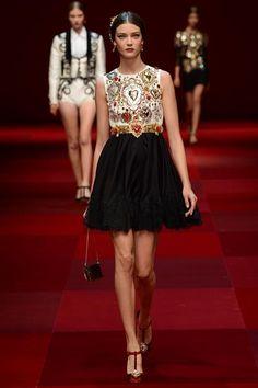 Dolce & Gabbana Spring 2015 RTW – Runway – Vogue, Pasión Española, primavera-verano 2015. Milan Fashion Week, Semana de la moda de Milán.