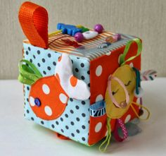 Busy cube for baby Baby Sewing Projects, Sewing For Kids, Diy For Kids, Crafts For Kids, Baby Cubes, Baby Quiet Book, Quiet Books, Baby Sensory Play, Fabric Toys