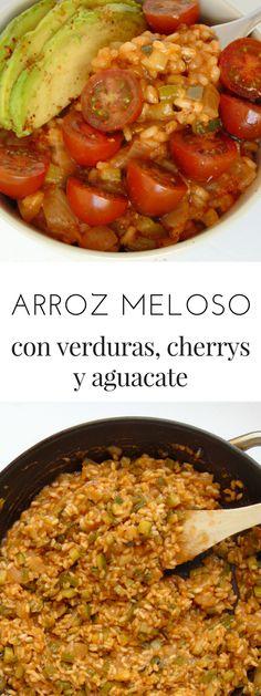 Arroz meloso con verduras, tomates cherry y aguacate