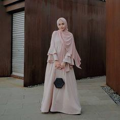 Gamis syari fashion в 2019 г. hijab fashion, hijab gown и hi Abaya Fashion, Fashion Dresses, Hijab Gown, Moslem Fashion, Dress Brokat, Modele Hijab, Hijab Fashion Inspiration, Fashion Ideas, Modern Fashion