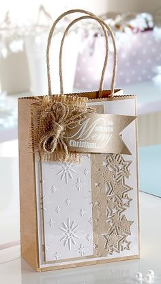 Shop for elegant wedding favor boxes, bags, and containers for giveaways to guests: Favor boxes and wedding favor bags for cake, candy, and collectibles. Christmas Gift Bags, Noel Christmas, Christmas Gift Wrapping, Christmas Paper, Handmade Christmas, Creative Gift Wrapping, Creative Gifts, Wrapping Ideas, Homemade Gift Bags