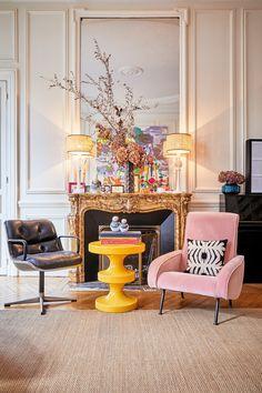 Im zentralen Wohnzimmer, wo sich die ganze Familie trifft, versammelt Colombe auf Kommoden, Anrichten und dem Belle Époque Kamin all die kleinen Details. Daher ist das Wohnzimmer der Lieblingsplatz der ganzen Familie: Rückzugsort für die Kleinen; kommunikativer Raum für die Großen. // Kamin Sessel Leseecke Ideen Dekoration Spiegel Blumen Beistelltisch Boho Paris #Homestory #WohnzimmerIdeen