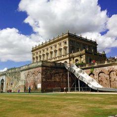 Zjeżdżalnia o długości 16,5 metra została zainstalowana na Clivden House w Buckinghamshire w Wielkiej Brytanii na czas remontu południowego tarasu posiadłości. Instalacja została zaprojektowana przez Sama Willisa dla National Trust.  http://www.sztuka-krajobrazu.pl/529/slajdy/architektura-krajobrazu-ndash-ogromna-zjezdzalnia