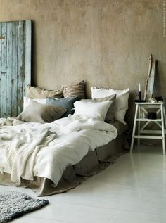 Makes you want to just snuggle in there.  Cozy... rustic...  Love the finish on the walls.  And the colors...blue and brown.