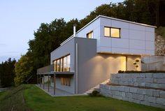Fassade mit weißen Faserzementplatten