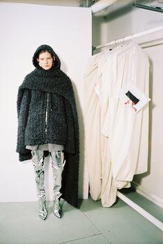 See all the Collection photos from Balenciaga Autumn/Winter 2016 Pre-Fall now on British Vogue Fall Fashion 2016, Autumn Winter Fashion, Fall Winter, Live Fashion, Fashion Photo, Fashion Images, Fashion News, New Balenciaga, Vogue Mexico