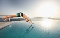Imagen libre de derechos: Boy jumping in pool