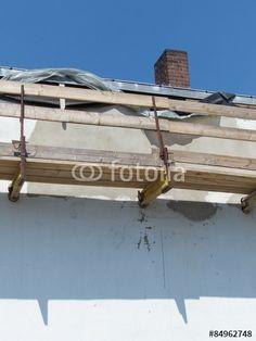 Sanierung der Fassade eines alten Gebäudes mit einem Baugerüst mit Holzplanken in Bielefeld in Ostwestfalen-Lippe