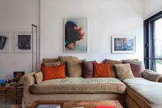 Base neutra e pontos de cores nos acessórios. Mais em www.histoirasdecasa.com.br #todacasatemumahistoria #livingroom #interiordesign
