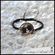 Bracelet fantaisie avec illustration nœud noir sur fond rose à pois noirs