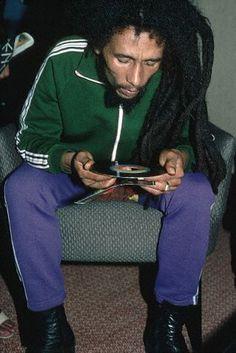 """vinylespassion: Bob Marley looking at the label of a record, "" Bob Marley Legend, Reggae Bob Marley, Dj Music, Reggae Music, Bob Marley Pictures, Marley Family, Reggae Style, Reggae Artists, Dancehall Reggae"