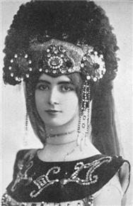 Mata Hari met een pompeus hoofdtooi.