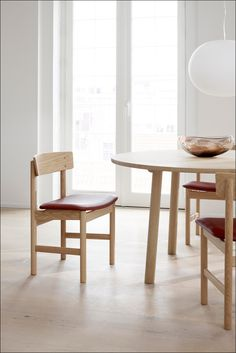 Mogensen's evolution of 'The People's Chair' – designed in 1956 and dimensioned as a generously proportioned and sophisticated upholstered dining chair. Wooden Dining Tables, Round Dining Table, Wood Table, A Table, Dining Chairs, Chair Design, Furniture Design, Solid Oak Table, Plank Table