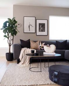 83 comfy living room decorating ideas that looks amazing 15 Decor Home Living Room, Cozy Living Rooms, Interior Design Living Room, Home And Living, Living Room Designs, Black Sofa Living Room Decor, Barn Living, Living Room Modern, Interior Home Decoration