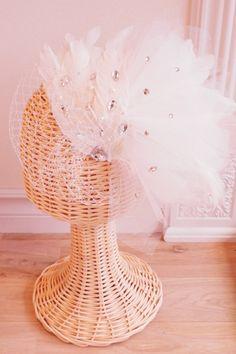 羽根とチュールをボリューム良くアレンジしたウェディング用ヘッドドレスです。大きさなどは調整してお作り致します。