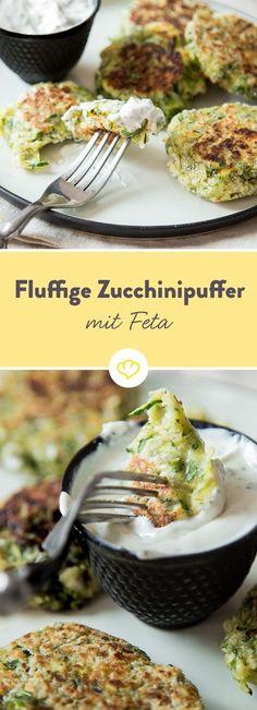 Zucchini landen geraspelt und mit Feta vermischt in der Pfanne und werden als fluffige Puffer ausbacke