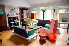 A room for Memphis. The Memphis Group was an Italian design and architecture group started by Ettore Sottsass that designed Post Modern furniture, fabrics, ceramics, glass and metal objects from Design Retro, 1980s Design, Web Design, Design Trends, Design Styles, Modern Design, Design Ideas, Graphic Design, Design Lab