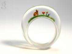 Hoppelhase – Goldiger Hasen-Blümchen-Ring aus Gießharz  ///// © Isabell Kiefhaber www.geschmeideunterteck.de