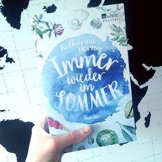 #sommerlektüre Hey ihr Lieben! Langsam wird es ja endlich warm und damit Zeit für einen wunderbaren Lesesommer. Ich werde einige Tage in Italien und Belgien verbringen und sammle dafür noch ein paar Bücher. Irgendwelche Empfehlungen? Ist dieses Cover von #ImmerWiederImSommer nicht einfach zauberhaft? Allein deswegen ist es bei mir als #neuesBuch ins Regal gewandert und freut sich mindestens so sehr wie ich auf den Urlaub ;) Kate --- #bookstagram #bibliophile #booknerd #booklove #bookworm…
