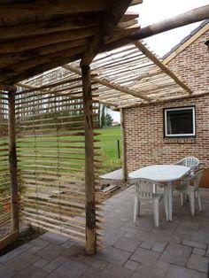 Mooie toepassing van kastanje houten palen in de tuin een kastanje houten paal kan als - Voorbeeld van houten pergola ...