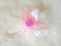 Sehr schöne zarte Blume,aus glänzendem Satin,Organza und Dekospitze,mit Straßstein und Rokailes.Kann zum verzieren von Kleidern,Gürteln,Taschen verwendet werden oder als Haarschmuck.